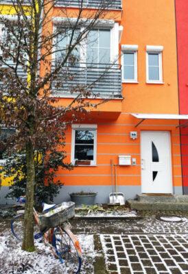 oranges Haus im Schwedenweg 44